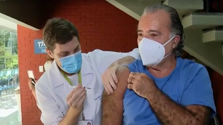 Tony Ramos é vacinado