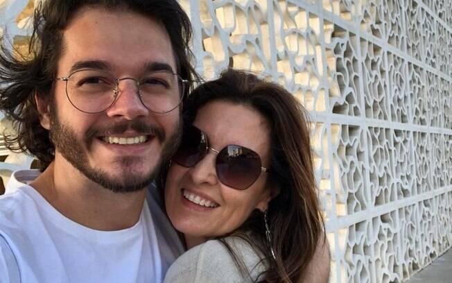 Fátima Bernardes curte o domingo agarradinha do namorado Túlio Gadelha