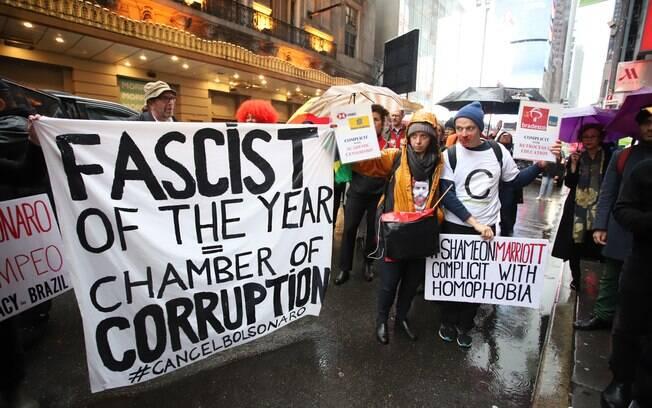 Manifestantes e suas faixas tomaram as ruas da Times Square contra Bolsonaro