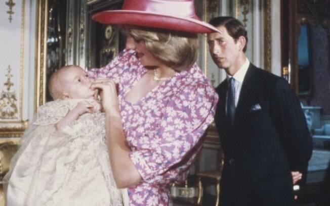 Na foto, Diana coloca o dedo na boca do filho para acalmá-lo durante seu batizado