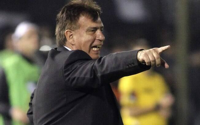O técnico Ever Almeida orienta o Olimpia na  final