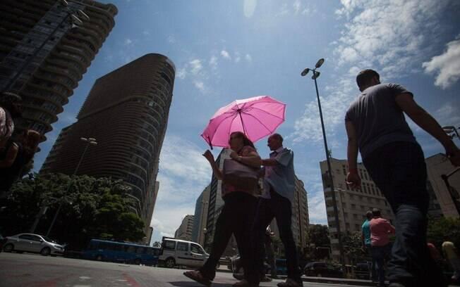 Massa de ar seco que predomina sobre o interior do País impede a chegada das frentes frias a Região Sudeste