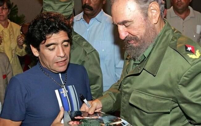 Diego Maradona e o então presidente cubano Fidel Castro, em Havana, em 2005
