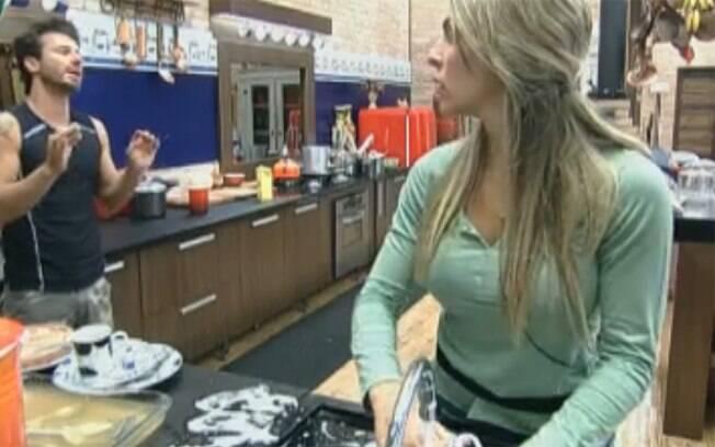 Marlon e Joana Machado trocam figurinhas na cozinha