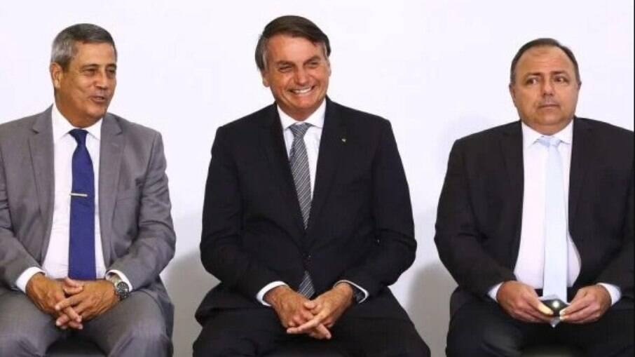 Jair Bolsonaro entre o ministro da Defesa, Braga Neto, e o ex-ministro da Saúde, Eduardo Pazuello