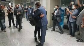 Após soltura, ex-motorista é recebido por Bolsonaro