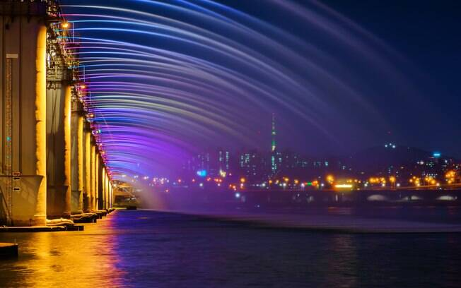 Seguindo com a lista de pontes famosas, a Ponte Banpo é famosa por sua fonte, que foi reconhecida como a mais longa