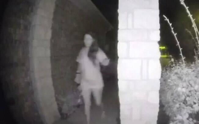 A mulher que tocava campainha foi encontrada após um bilhete deixado pelo seu namorado, de 49 anos