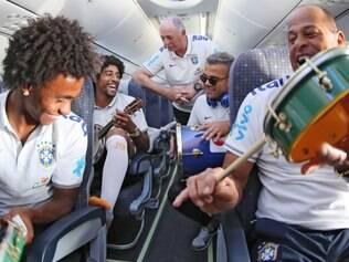 Samba embalou a viagem da seleção brasileira a até Felipão entrou na roda
