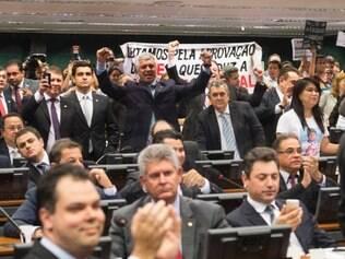 Políticos comemoram aprovação da PEC que reduz a maioridade penal