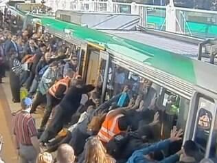 Para resgatar a vítima, os usuários que já haviam embarcado no metrô saíram e começaram a empurrar a locomotiva