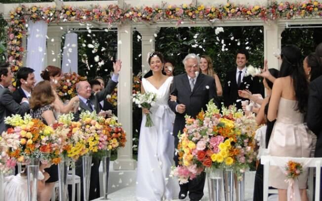 Carol se casa com Raul no último capítulo de