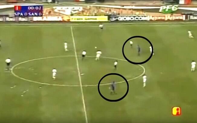 Dois árbitros em campo na final do Paulistão de 2000