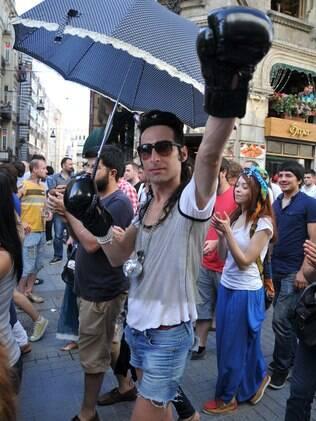 Jovem participa de manifestação LGBT na Turquia