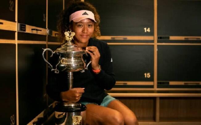 Naomi Osaka com o troféu do Australian Open