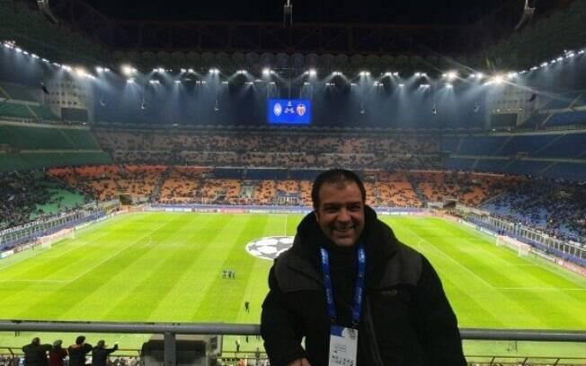 O jornalista Kike Mateu no jogo da Champions League entre Atalanta e Valencia