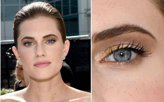 A atriz Allison Williams investiu no coque bem clean e no esfumado com toques de sombra dourada no canto interno dos olhos