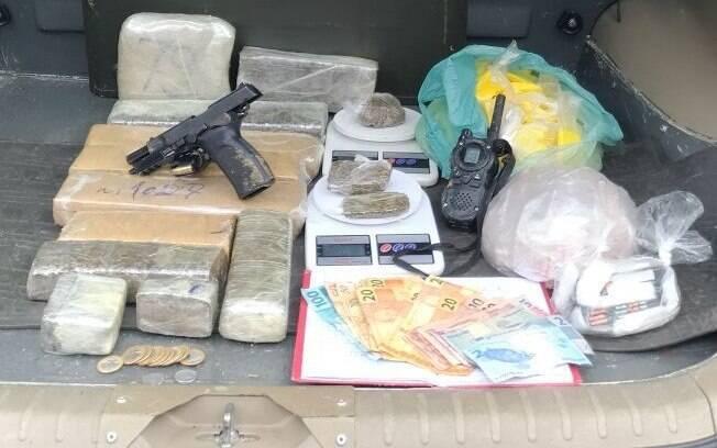 Drogas e arma apreendidas pelo COE