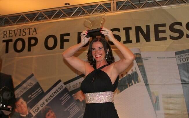 Luma de Oliveira recebe prêmio por sua carreira de rainha de bateria na Marquês de Sapucaí