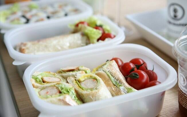 Levar marmita é uma das opções para manter o almoço saudável fora de casa