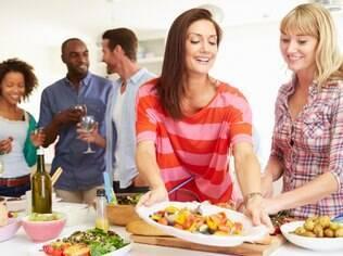 Almoço íntimo: sempre se ofereça para ajudar o anfitrião