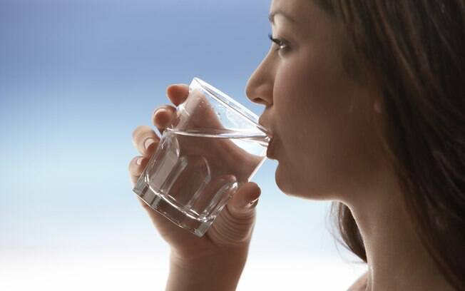 Beber água faz bem à saúde, mas os estudos não comprovam que o hábito faça bem à beleza da pele