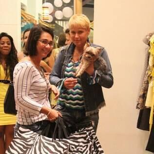 Ainda com bota ortopédica, Xuxa vai às compras no Rio de Janeiro
