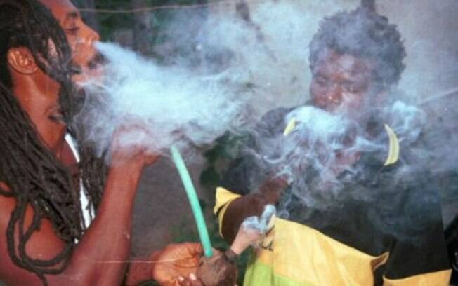 Consumo de maconha na Jamaica, onde a planta é usada para fazer rituais religiosos