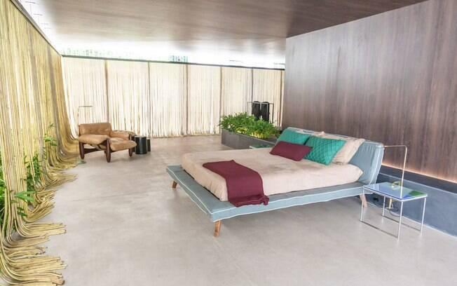 Diferentes ambientes foram construídos ao redor de uma coluna central. Entre eles, o quarto de casal ...