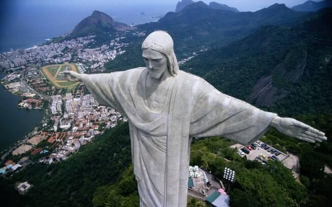 Uma das mais novas maravilhas do mundo, o Cristo Redentor dá vista para os cartões-postais do Rio de Janeiro