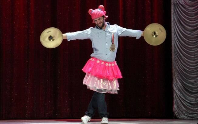 Rodrigo Lombardi entra no clima da brincadeira no circo