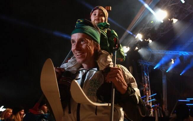 Guido Visser, marido de Jaqueline Mourão,  leva o pequeno Ian, filho do casal, para  competição na neve