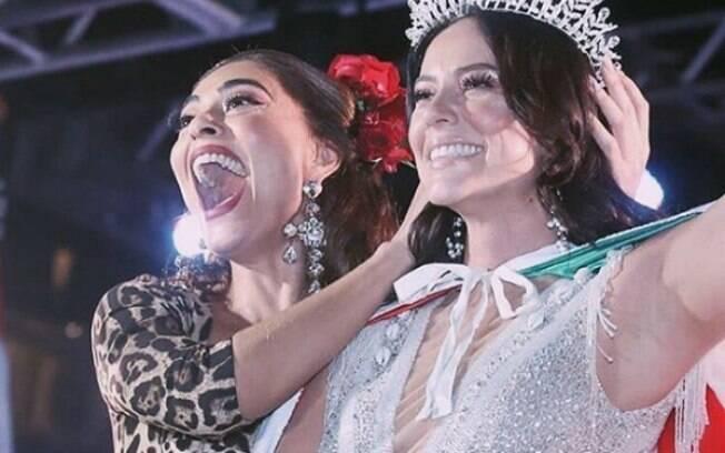 Juliana Paes coroa Paolla Oliveira rainha de bateria da Grande Rio