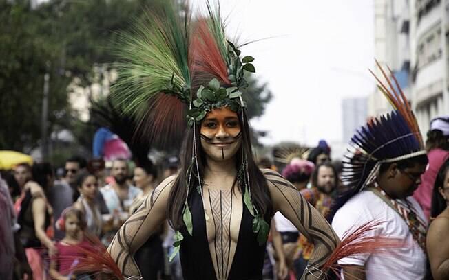 A atriz Alessandra Negrini trouxe fantasia em protesto a políticas ambientais contra povos indígenas