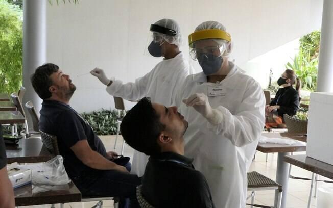 Teste para Covid-19 é realizado com a inserção de cotonete no fundo da narina e na garganta