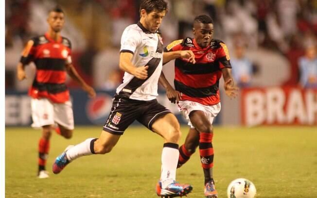 Juninho Pernambucano protege a bola de Negueba durante o duelo entre  Flamengo e Vasco pela 18ª fde6bcaf3f3d7