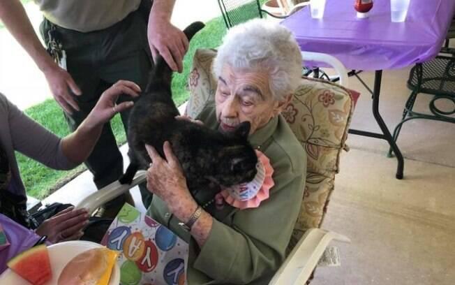 Lillian mal poderia imaginar que ganharia uma gata de presente
