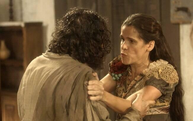 Elvira implora que Hugo não conte que ela está viva