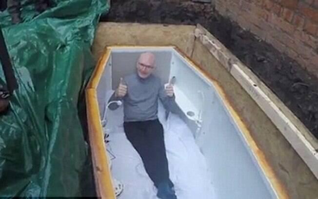 John Edward foi enterrado vivo em caixão feito sob medida, com energia elétrica, internet sem fio e outras comodidades