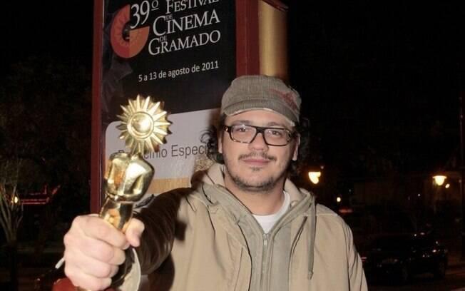 Selton Mello recebe prêmio durante abertura do Festival