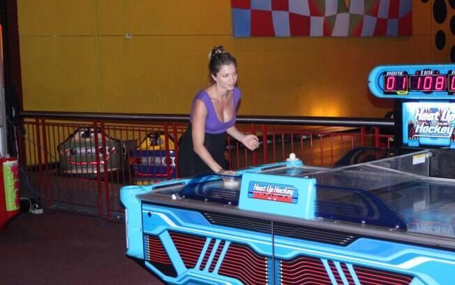 Grazi Massafera brinca em parque de diversões eletrônicas