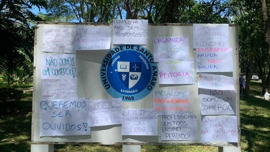 A faculdade foi coberta por cartazes pedindo respostas da reitoria sobre a situação