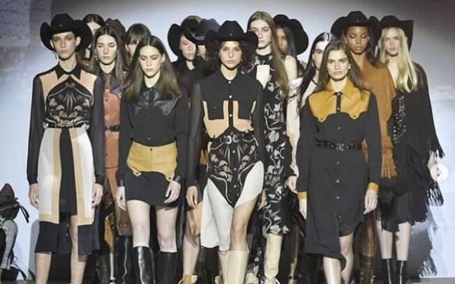 O velho oeste chegou nos looks da SPFW pela Bobstore com cores terrosas, lenços no pescoço, botas e outras influências