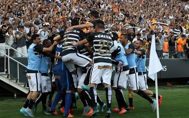 Corinthians ergue a taça em dia histórico, com goleada por 6 a 1 sobre o São Paulo. Foto: Friedemann Vogel/Getty Images