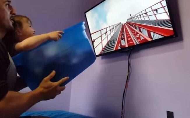 Sem dinheiro para bancar uma viagem à Disney, pai faz uma montanha-russa para filha de dois anos na sala de casa