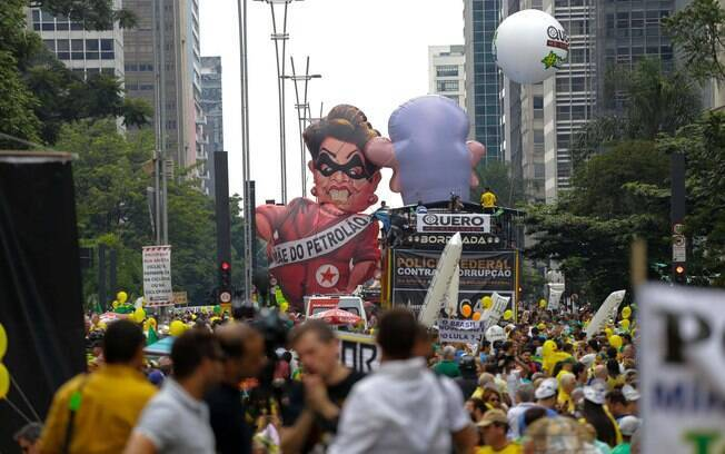 Bonecos infláveis de Lula e Dilma Rousseff montados no protesto realizado na Avenida Paulista