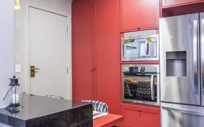 A cozinha ganhou ares ousados com a combinação cromática