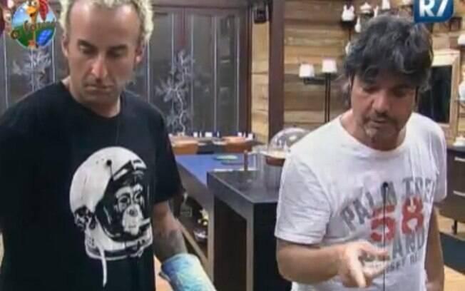 Gui Pádua e João Kleber brincam na cozinha