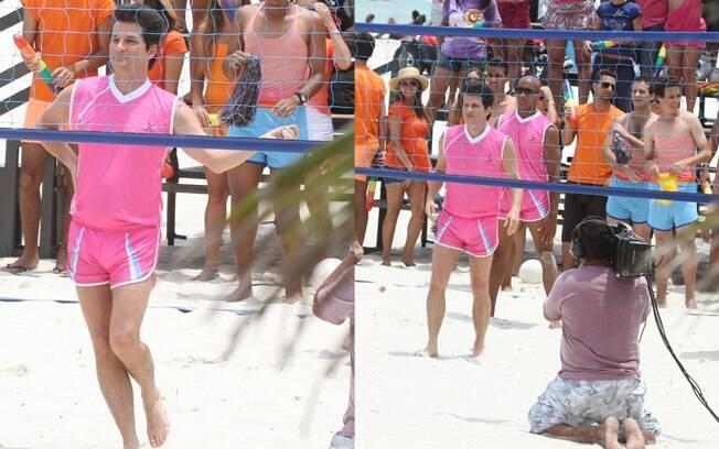 Todo de rosa, Marcelo Serrado deu vida a mais uma cena de Crô, em Fina Estampa