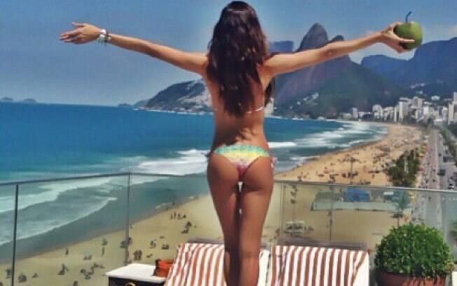 Izabel Goulart publicou em seu Instagram uma foto em que aparece de costas, de biquíni, com o corpo em forma e bronzeado na cobertura do Hotel Fasano, no Rio